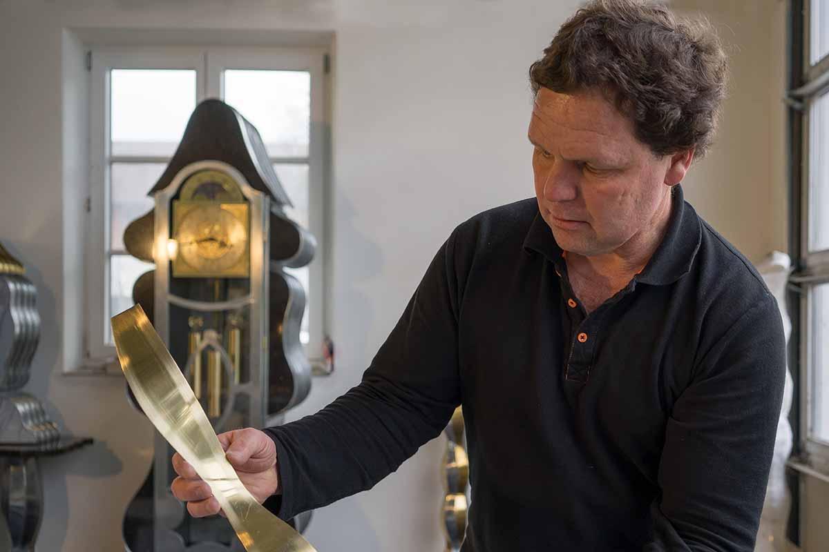 Josef Speckmaier in seinem Atelier am Starnberger See bei der Arbeit.